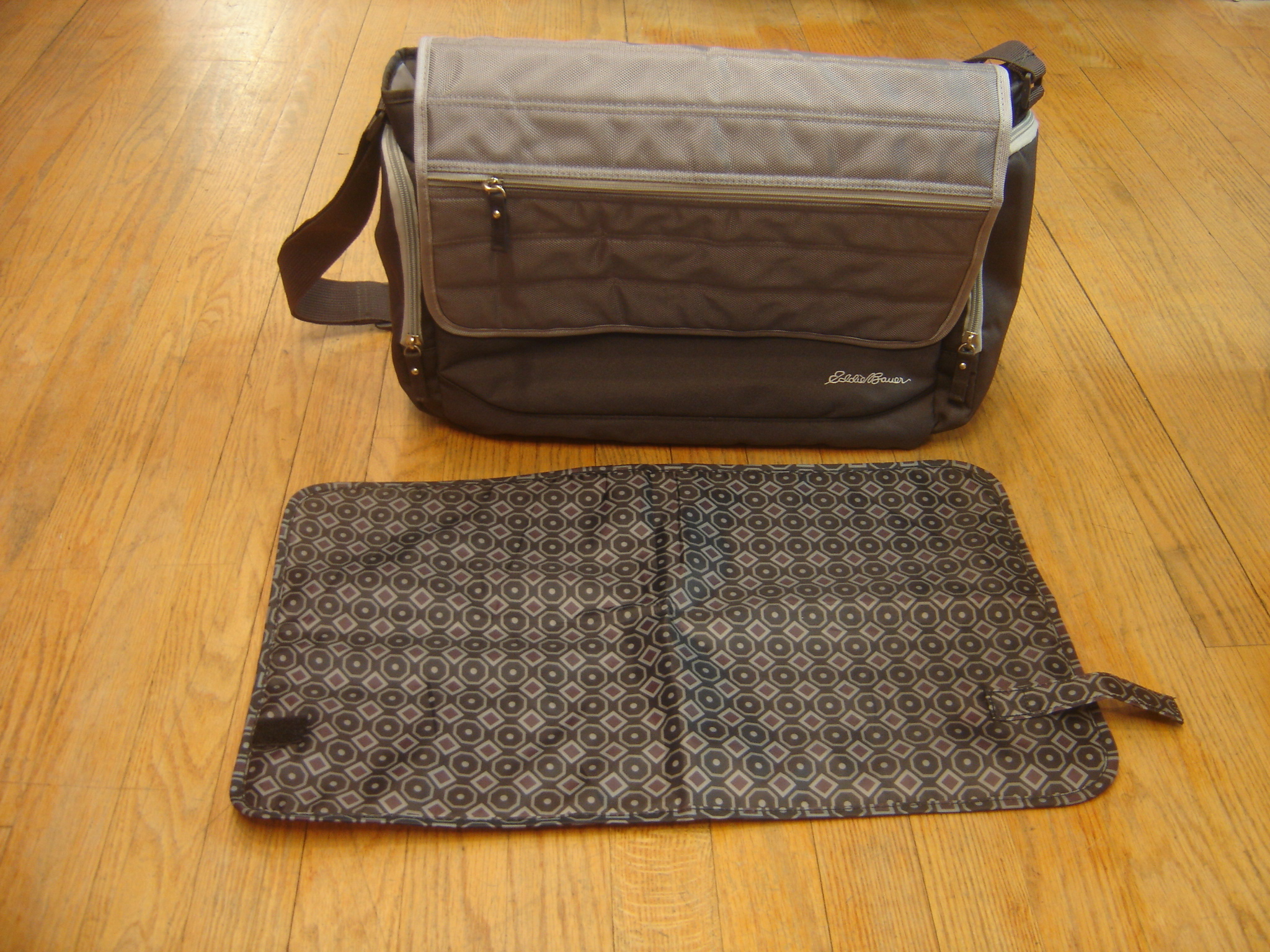 eddie bauer canyon messenger grey diaper bag with changing pad ebay. Black Bedroom Furniture Sets. Home Design Ideas